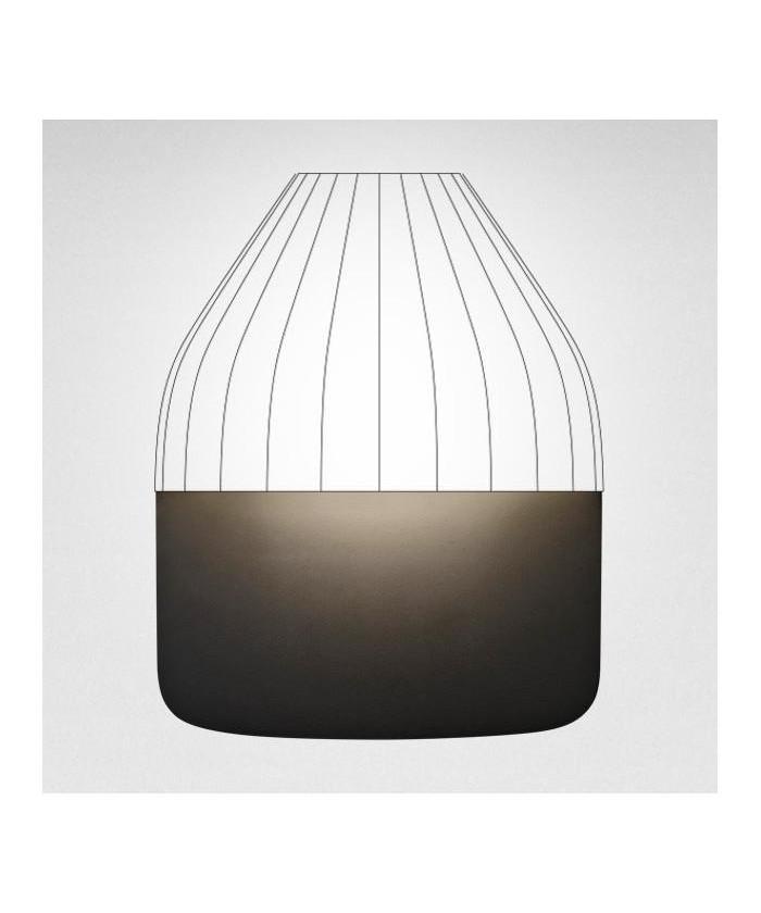 DesignAurélien Barbry for Le Klint  Koncept Facet Bagplade Medium i sort FACET væglampen er designet af den franske designer Aurélien Barbry hvis ide har været at finde en ikonisk, men enkel form, som ville være ideel til indendørs som udendørs brug.  Efter først at have fundet frem til denne skalform i stål, udviklede han de øvrige aftagelige emner, som han følte var vigtige for at kunne tilbyde en fleksibilitet, der gør det muligt at bruge FACET i alle typer af både inden- og udendørs belysningsmiljøer.  Aurélien Barbry understreger, at han er stolt af at have fundet en ny, men dog stadig sofistikeret form, som refererer til LE KLINTs smukke plisséer.  FACET fås både i kobber, mat sort, eller lys grå. Denne model leveres med baseplade small inkl. komplet sæt med foliebogstaver og tal i antracit grå.