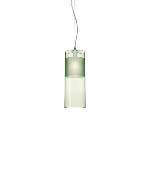 DesignFerruccio Laviani for kartell  Koncept For sig selv, eller med sine søstre, fortryller og begejstrerEasy Pendelmed spillet af farve og lys. Når den er tændt,forstærkes et utal refleksioner igennem dengennemsigtige polycarbonat, der giver den ultimative mood belysning her i transparent, elegant og afdæmpet, grøn akryl. Få et behageligt diffust indirekte lys, der er rent forår på tube med den sarte grønne Easy lampe der roligt spreder det grønne budskab.Easy pendlener en cylinderformet pendel medraffinerede match af de forskellige gennemsigtige og slebede polycarbonat finishes. Den er nu også tilgængelig i en nyforkromet metal og guld version.Version:9010W8
