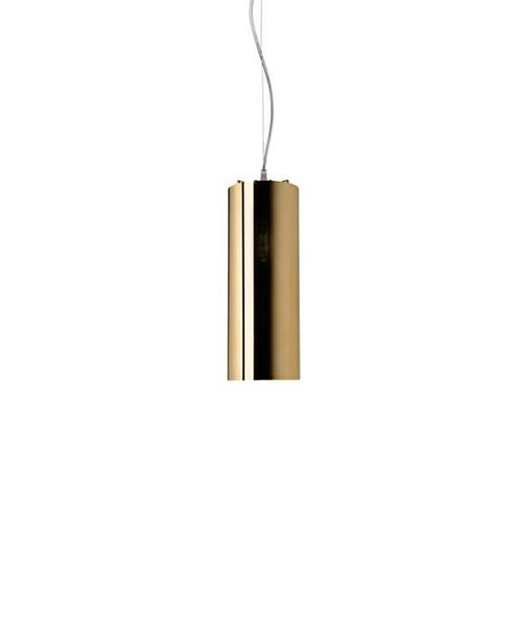 DesignFerruccio Laviani for kartell  Koncept For sig selv, eller med sine søstre, fortryller og begejstrerEasy Pendelmed spillet af farve og lys. Når den er tændt,forstærkes et utal refleksioner igennem dengennemsigtige polycarbonat, der giver den ultimative mood belysning her i transparent, elegant og afdæmpet, Gennemfarvet akryl med kromatiserende guldeffekt giver et behageligt diffust indirekte lys der strømmer ud fra top og bund.Helt klart Goldfingers første valg til hyggebelysning, når man inviterer sit nemesis til spisning.Easy pendlener en cylinderformet pendel medraffinerede match af de forskellige gennemsigtige og slebede polycarbonat finishes. Den er nu også tilgængelig i en nyforkromet metal og guld version.Version: 9013GG