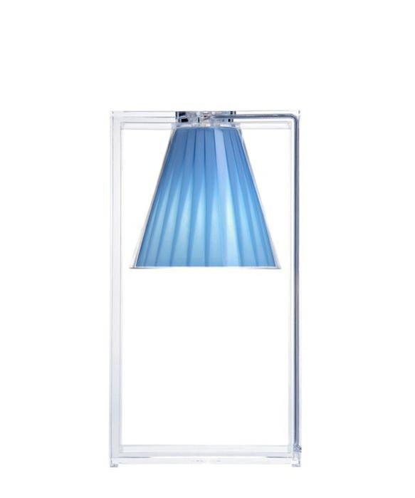 DesignEugeni Quitllet for kartell  KonceptLight Air Bord Azurblå fra Kartell er en tryllekunstner forklædt som bordlampe, et ophængt lys, der unddrager sig tyngdeloven og giver en hujende fis for de vanlige holdninger til hvordan den ged skal barberes. Light-Air Azurblå er til stede, moderne og rationel, men samtidig emmer den af en magisk og fortryllende effekt. Dens struktur er en stærk grafisk statement der består af en rektangulær ramme lavet af to stykker transparent termoplast technopolymer (vi kalder det i ny og næ plastic), hvori der er indsat en lille nuttet foldet stofskærm. En elegant lille sag der kan passe ind i utroligt mange settings hvor der skal spredes humor, hygge og lys. Om det er på natbordet, i reolen eller i mellemgangen så skal Light Air nok løfte stemningen.