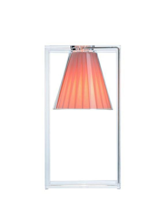 DesignEugeni Quitllet for kartell  Koncept Light Air Bord Beige fra Kartell er en tryllekunstner forklædt som bordlampe, et ophængt lys, der unddrager sig tyngdeloven og giver en hujende fis for de vanlige holdninger til hvordan den ged skal barberes.Light-Air Beige er til stede, moderne og rationel, men samtidig emmer den af en magisk og fortryllende effekt. Dens struktur er en stærk grafisk statement der består af en rektangulær ramme lavet af to stykker transparent termoplast technopolymer (vi kalder det i ny og næ plastic), hvori der er indsat en lille nuttet foldet stofskærm.En elegant lille sag der kan passe ind i utroligt mange settings hvor der skal spredes humor, hygge og lys. Om det er på natbordet, i reolen eller i mellemgangen så skal Light Air nok løfte stemningen.