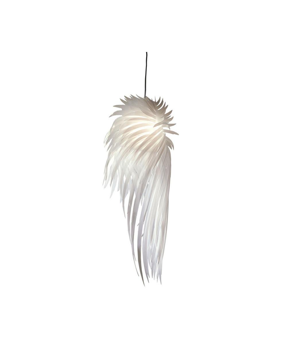 DesignTord Boontje for artecnica Koncept Icarus er en poetisk Pendel der med sit lette og ulasteligt hvide væsen minder os om inspirationen og tankerne bag drømmen om at flyve. Konstrueret af flere lag af ekstruderet polyester ligner Icarus en fugl der under flyvningens ædle kunst kaster en uforglemmelig silhuet som rusker op i forbindelsen mellem os og det himmelske lys. Da Tord Boontje skabte Icarus, og søgte inspiration til fjer, var det naturlige valg svanefjer. Der blev eksperimenteret lystigt med tre-dimensionelle objekter af papir, der til sidst førte til den flyvefærdige pendel som Artecnica præsenterede i 2005. Vi leverer som standard Icarus med hvid stofledning men hvis der skal æltes øjenæbler kan der vælges Rød, Lilla, Grøn eller sort i stedet.