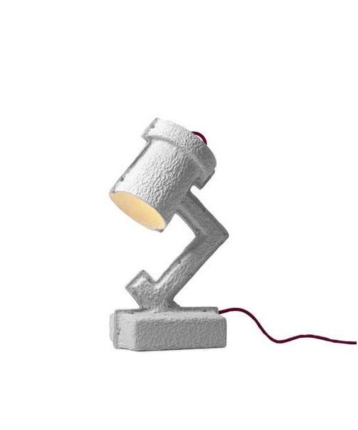 DesignVictor Vetterlein for &tradition Koncept Et fantastisk spændende koncept set med de grønne øko-briller. Lampen kan adskilles i de enkelte komponenter der så let kan genbruges, et sjovt tiltag med den stadigt øgede globalisering vi oplever. Trash Me står i bund og grund for at den vil genbruges når den ikke mere skal bruges.