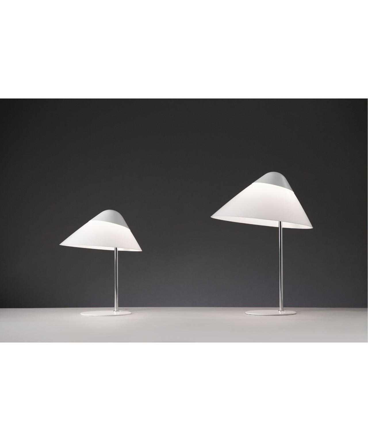 DesignHans J. Wegner for PandulKoncept Opala B001 senge- og bordlampen blev sammen med pendlen og gulvlampen designet som en samlet pakke til at smykke værelserne på Hotel Scandinavia i København. Derudover er lamperne i en lang årrække blevet solgt til både almindelige forbrugere men også til store projekter som f.eks. det engelske Churchill College i Cambridge, der blev tegnet af Henning Larsen.Som standard leveres bordlampen med en elektronisk dæmper, og afbryder monteret på ledningen, men almindelig afbryder kan vælges hvis der for eksempel skal benyttes sparepærer.MaterialeSlagfast højglans akryl, top af vådlakeret aluminium, fod i vådlakeret stål samt stang i højglansforkromet stål.OBS - Lamperne fra Pandul produceres og samles i Danmark, med afsendelse fra fabrikken én gang om ugen. Derfor vil der kunne opleves leveringstider op til 4-8 dage ved lagerudsving.