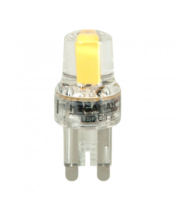 Producent MegamanKoncept LED pære. Den har 180lm, hvilket svarer til ca. 15-25W. Den har et varmt lys med 2700 kelvin og en RA værdi på 80, hvilket betyder at den gengiver farverne i rummet optimalt. Hvis du har det lidt svært med det, med pærer, kommer der her en lille kort forklaring om de vigtigste ting, du skal være opmærksom på. I dag bliver lysstyrken målt på lumen i stedet for watt. Du kan nogenlunde gå ud fra nedenstående. 15W = 140 lumen 25W = 250 lumen 40W = 470 lumen 60W = 800 lumen 75W = 1050 lumen 100W = 1520 lumen Derudover kan man også se på en pære, at der er oplyst en RA eller CRI værdi. Det er lysets evne til at gengive farver og det vurderes på en skala fra 0-100 RA. 100 RA giver den bedste farvegengivelse og det er det, man får fra dagslys. Til et almindeligt hjem, skal man vælge pærer med en RA værdi på mere end 80. Der vil også være oplyst en kelvingrad. Dette er lysets farve. En pære med en kelvingrad på 2.700 - 3.000 har et varmt lys. 4.000-4.5000 giver et neutr
