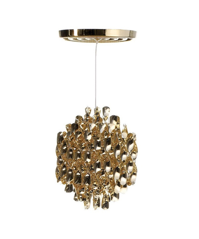 DesignVerner Panton for Verpan Koncept Spiral serien fra Verpan er Verner Pantons bud på orden i kaos. Pendlen hænger med mange spiraler i sirlig ro og orden. Dette skaber ikke bare en behagelig diffus spredning af lyset men rummet tilføres en form for tæmmet energi i det kunstværk som SP1 i Guld er.