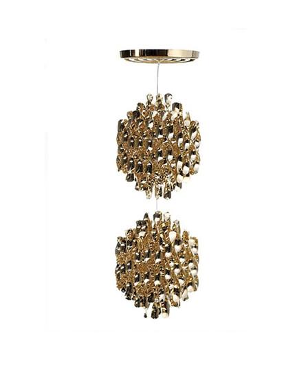 DesignVerner Panton for Verpan Koncept Spiral serien fra Verpan er Verner Pantons bud på orden i kaos. Pendlen hænger med mange spiraler i sirlig ro og orden. Dette skaber ikke bare en behagelig diffus spredning af lyset men rummet tilføres en form for tæmmet energi i det kunstværk som SP2 i guld er.