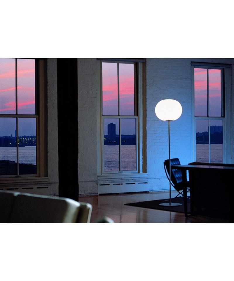 DesignJasper Morrison for Flos  Koncept  Glo-Ball Gulvlampe er er opal mandarinformet glaslampe med base i mat aluminium. Glo-ball gulvlampen har en organisk form, som gør, at den er velegnet til åbne miljøer. Inkl. lys dæmper.