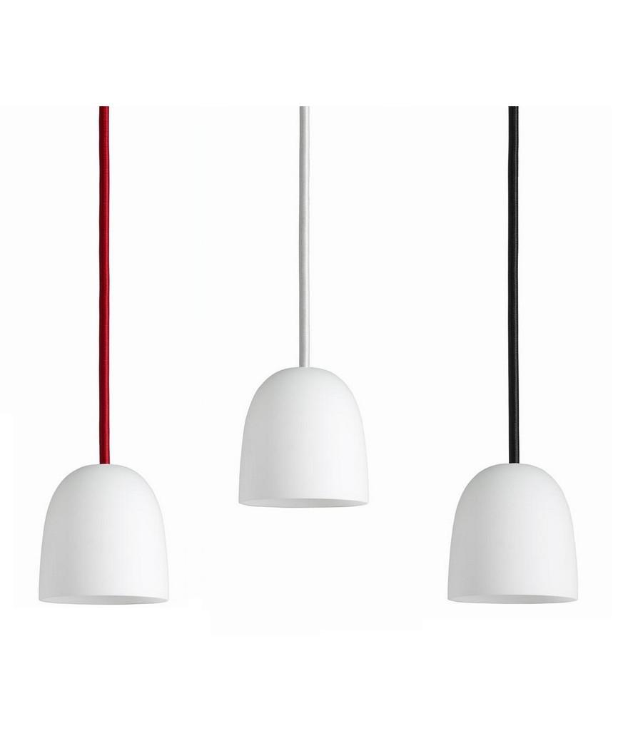 Design Piet Hein for Piet Hein Koncept Som sine brødre i SUPER-serien, er SUPER 90 lampen med sit elegante design blevet en øjeblikkelig klassiker. Der er rig mulighed for at finde en pendel der passer i størrelsen samt vælge blandt skærme udført i både sort og hvid eller opaliseret glas i version 90 og 115. Derud over kan der leges med ledningerne som kan vælges i henholdsvis sort, hvid eller rød stof-ledning. Med sit enkle men stadig yderst raffinerede udseende vil SUPER 90 pendlen fra Piet Hein være en kærkommen kilde til belysning alle steder i boligen. En enkelt og elegant pendel der kan bruges i mange sammenhænge, hvor der i kraft af valget mellem flere størrelser samt tre farver ledninger er mulighed for leg med form og farve.