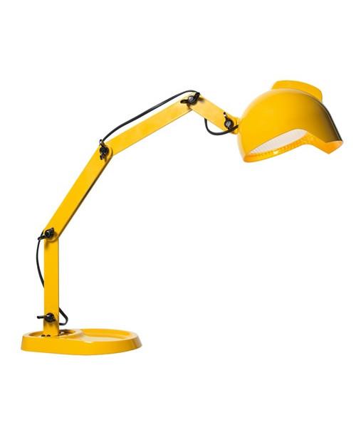 DesignSuccessful Living from Diesel with FoscariniKonceptMed DUII bordlampen spørger man sig selv om den er lavet af legetøjsbyggeklodser. Man tror næsten at det en figur fra en tegneserie, eller måske en lille nuttet robot.DUII overrasker og masserer grine-musklen i øjnene med sin legesyge personlighed, lige fra man hører navnet som er en forvanskning af en af Anders Ands nevøers navne. DUIIs base er da også formet som en lille andefod, der doublerer som bakke eller aflæggeplads for nips.Den leddelte arm, holdt sammen af vingeskruer i bedste Meccano ånd understøtter elegant den afrundede krop.Afslutningsvis krones værket af lampehovedet der er en underskøn sammensmeltning af en retro billygte, en arbejdshjelm lige ud af byggepladsen samt Diesels varemærke det Mohicaner klippede hoved. DUII er en lampe der er skabt til at dække en legende og ukonventionel ånd som spænder over et bredt spektrum inden for alder, stil og tilgang til boligindretning. Vælg mellem den synlige rendegraver-g