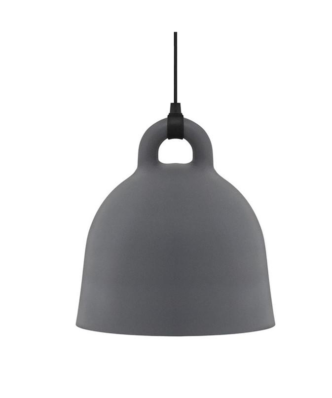 Design Andreas Lund & Jacob Rudbeck for Normann CopenhagenKoncept Bell pendlen i grå er en meget enkel, men samtidig unik lampe, som henleder tankerne på en klokke, der hænger ned fra klokketårnet. Den er super dekorativ som belysning over spisebordet eller køkkenbordet og passer ind i de fleste hjem. Large versionen bruger en pære med E27 sokkel, hvilket giver mange muligheder for at få nøjagtigt det lys, som man ønsker. Bell kommer med en 4 meter lang stofledning, der matcher lampes farve. Bell lampen leveres uden baldakin og krog til ophæng. Rengøres med en fugtig klud.