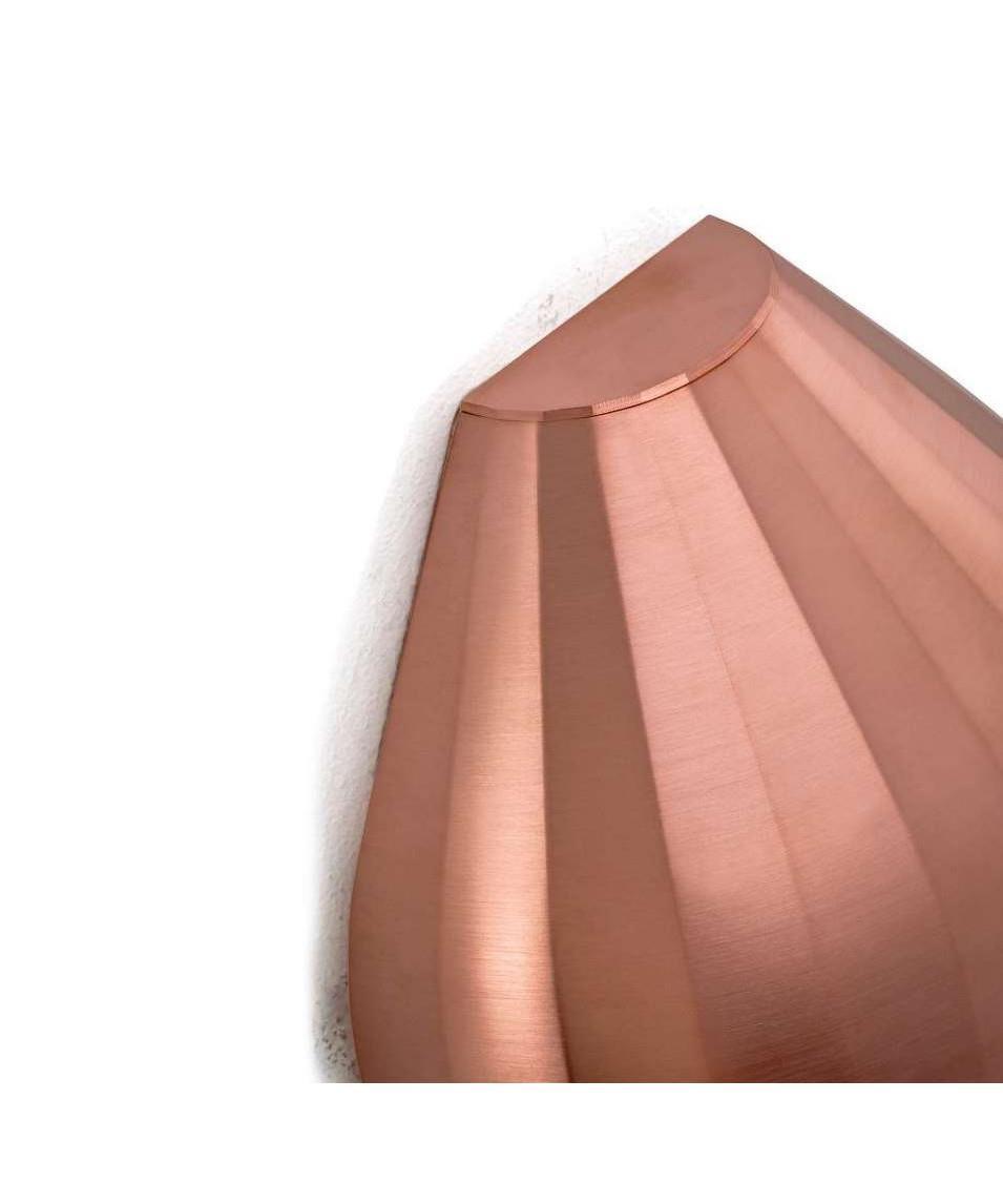 DesignAurélien Barbry for Le Klint  Koncept FACET væglampen er designet af den franske designer Aurélien Barbry hvis ide har været at finde en ikonisk, men enkel form, som ville være ideel til indendørs som udendørs brug.  Efter først at have fundet frem til denne skalform i stål, udviklede han de øvrige aftagelige emner, som han følte var vigtige for at kunne tilbyde en fleksibilitet, der gør det muligt at bruge FACET i alle typer af både inden- og udendørs belysningsmiljøer.  Aurélien Barbry understreger, at han er stolt af at have fundet en ny, men dog stadig sofistikeret form, som refererer til LE KLINTs smukke plisséer.  FACET fås både i kobber, mat sort, eller lys grå. Denne model leveres med baseplade small inkl. komplet sæt med foliebogstaver og tal i antracit grå.