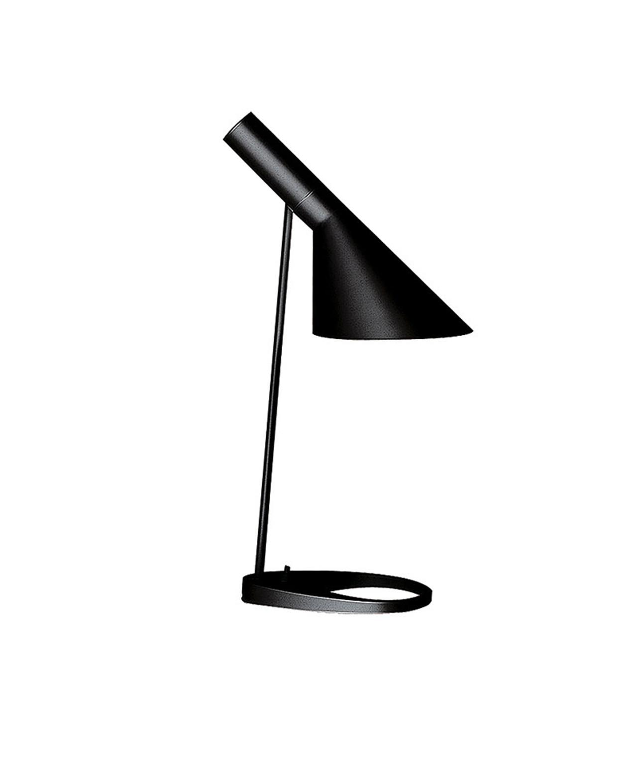 DesignArne Jacobsenfor Louis PoulsenKonceptAJ bord blev designet af Arne Jacobsen i 1960 til SAS Royal Hotel i København (Radisson Blu). Lampen udgjorde en del af det totale designkoncept til hotellet. Flere af hotellets produkter har i dag opnået status som designikoner, og inden for belysning er især AJ-lamperne blevet verdenskendte. I forbindelse med 50-året for lanceringen af AJ-familien er 5 nye farvevarianter blevet introduceret. De nye farver er nøje udvalgt efter et opdateret Arne Jacobsen farvekoncept. Klassisk bordlampe kendt og elsket i over 50 år. Armaturhovedet på AJ Bordlampe udsender et retningsbestemt, asymmetrisk lys. Armaturhovedet kan vippes trinløst. Flere af hotellets produkter har i dag opnået status som designikoner og inden for belysning er især AJ-lamperne blevet verdenskendte. I forbindelse med 50-året for lanceringen af AJ-familien blev 5 nye farvevarianter introduceret. De nye farver er nøje udvalgt efter et opdateret Arne Jacobsens farvekoncept.