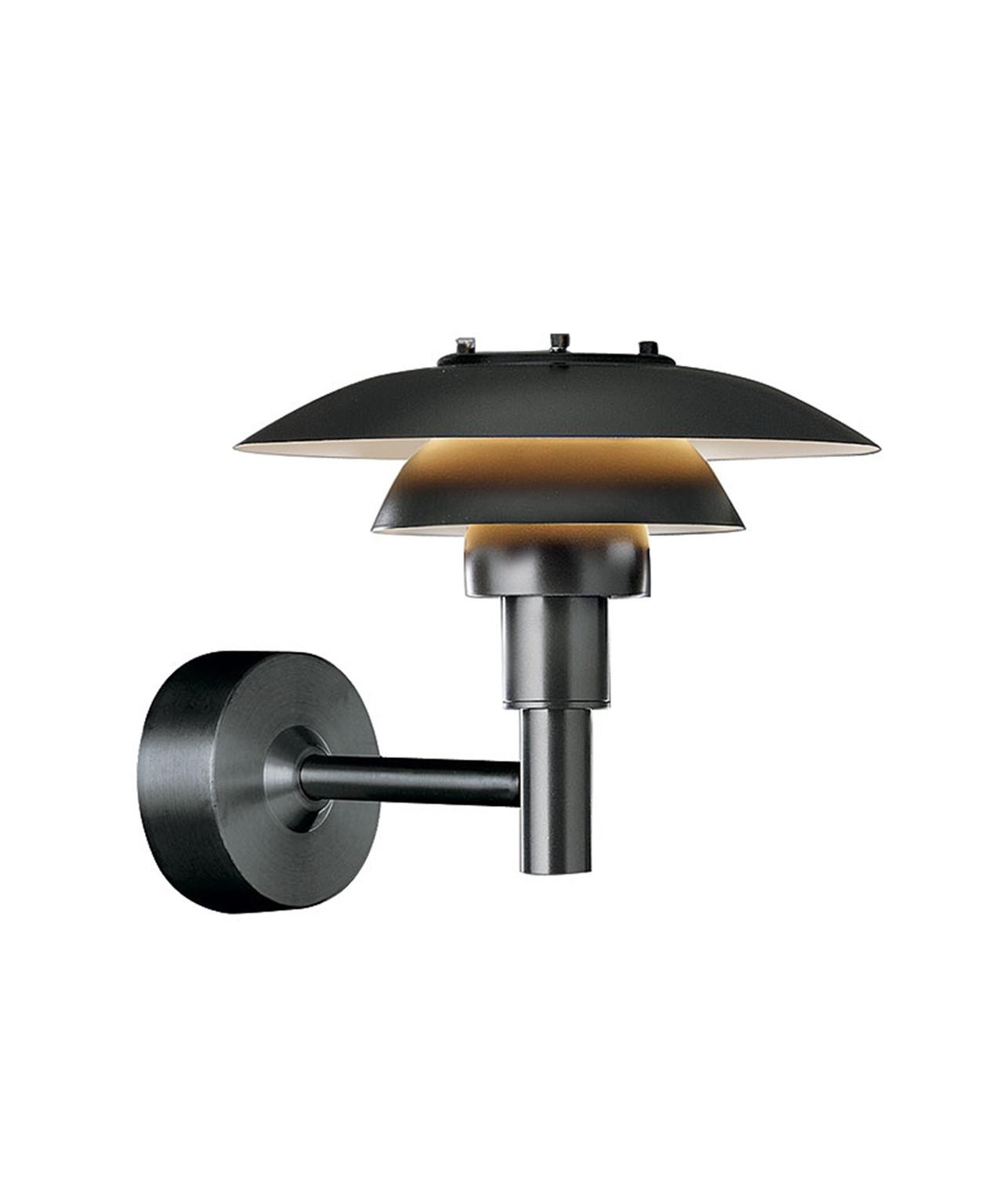 DesignPoul Henningsen for Louis Poulsen  Koncept PH 3-2½ Væg er medlem af 3-skærmsfamilien, der i dag tæller 20 lamper, heraf 3 til udendørs brug. Poul Henningsen designede 3-skærmssystemet allerede i 1925-1926, hvor PH i samarbejde med Louis Poulsen tegnede de første lamper til en udstilling i Paris. Gennem hele sit liv søgte PH at skabe det blændfri lys, rette lyset hen, hvor der var brug for det og skabe bløde skygger. PH designede således ikke blot en lampe, men et helt system, og der blev igennem årene produceret omkring tusind forskellige modeller. PH lampernes numre refererer til skærmstørrelsen. PH 3-2½ væg består af en overskærm på ca. 30 cm. PH 3-2½ væg blev introduceret i 2005. Når form og funktion også skal forkæles udendørs, er det klassiske 3-skærmssystem et god bud. PH 3-2½ Væg udsender primært nedadrettet lys. PH 3-2½ Væglampen er designet ud fra princippet om et reflekterende flerskærmssystem, som skaber harmonisk og blændfri belysning. Skærmdesignet er baseret på en l
