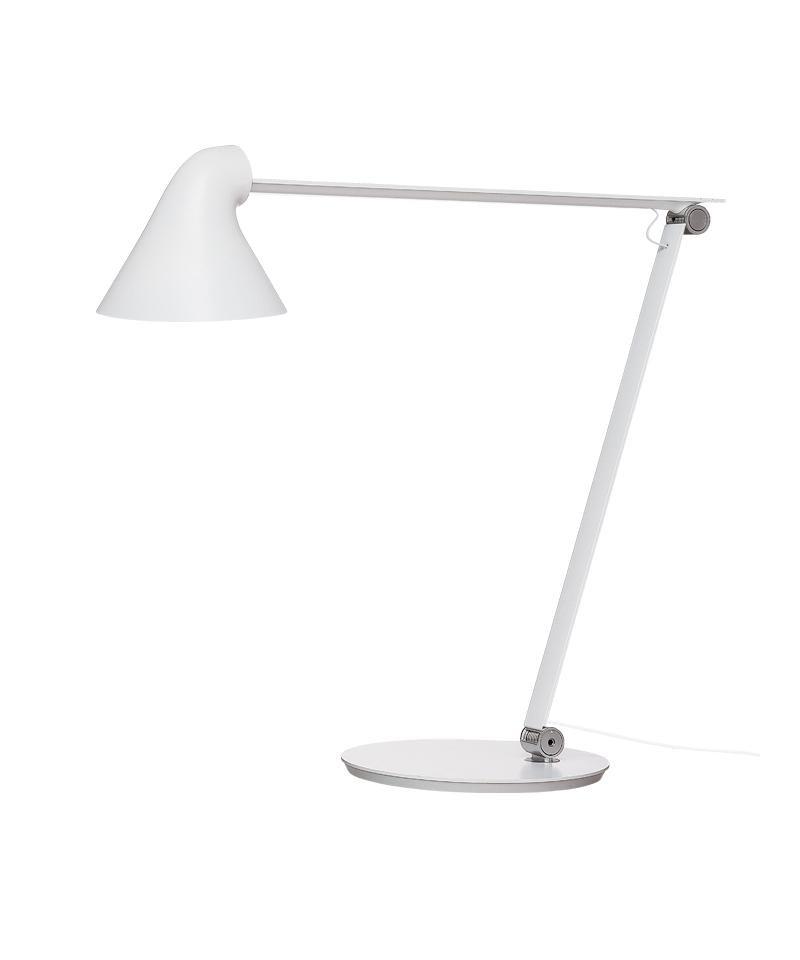 Design Nendo for Louis Poulsen Koncept NJP bordampe m/fod hvid er designet af Oki Sato fra det japanske designstudie nendo. NJP bordlampe er en nyfortolkning af den klassiske arkitektlampe. Lampens enkle og stilrene udseende betyder, at dens funktionelle komponenter er blotlagt, hvilket giver den et udtryk, der taler for sig selv. Lampens anvendelsesmuligheder er nøje overvejet: Armens to led giver stor fleksibilitet og gør det let at justere lampen. Som en ekstra detalje er fjedrene i armens led synlige, hvilket øger lampens dekorative udtryk. Åbningen på bagsiden af lampeskærmen, som vender mod armen, sikrer også trinløs indstilling af hovedet og ventilation til LED-enhederne. Armaturet udsender et direkte og blændfrit horisontalt lys, og samtidig reflekteres en del af lyset bagud af hovedet og oplyser således den øverste del af armen. Armaturhovedets ergonomiske design former lyset og medvirker til optimal retning på lyset. Et simpelt mekanisk system giver stor bevægelsesfrihed, så