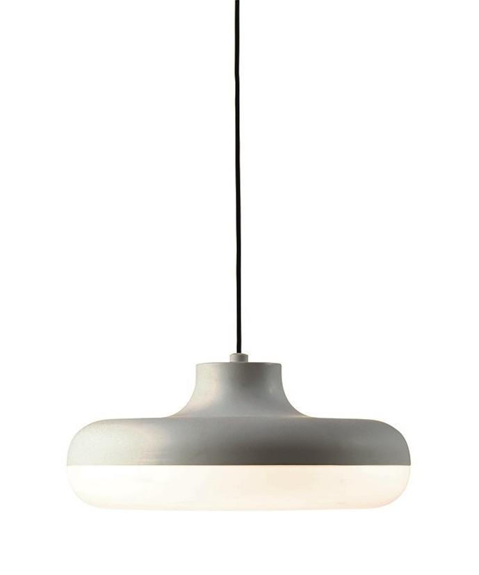 DesignFrank Kerdil for Dyberg Larsen  Koncept Chamberline er en elegant pendel fra DybergLarsen med runde og harmoniske linjer. Lampen er designet med mat opal glas, der spreder lyset nedad.  Chamberline er perfekt over spisebordet og mødebordet.
