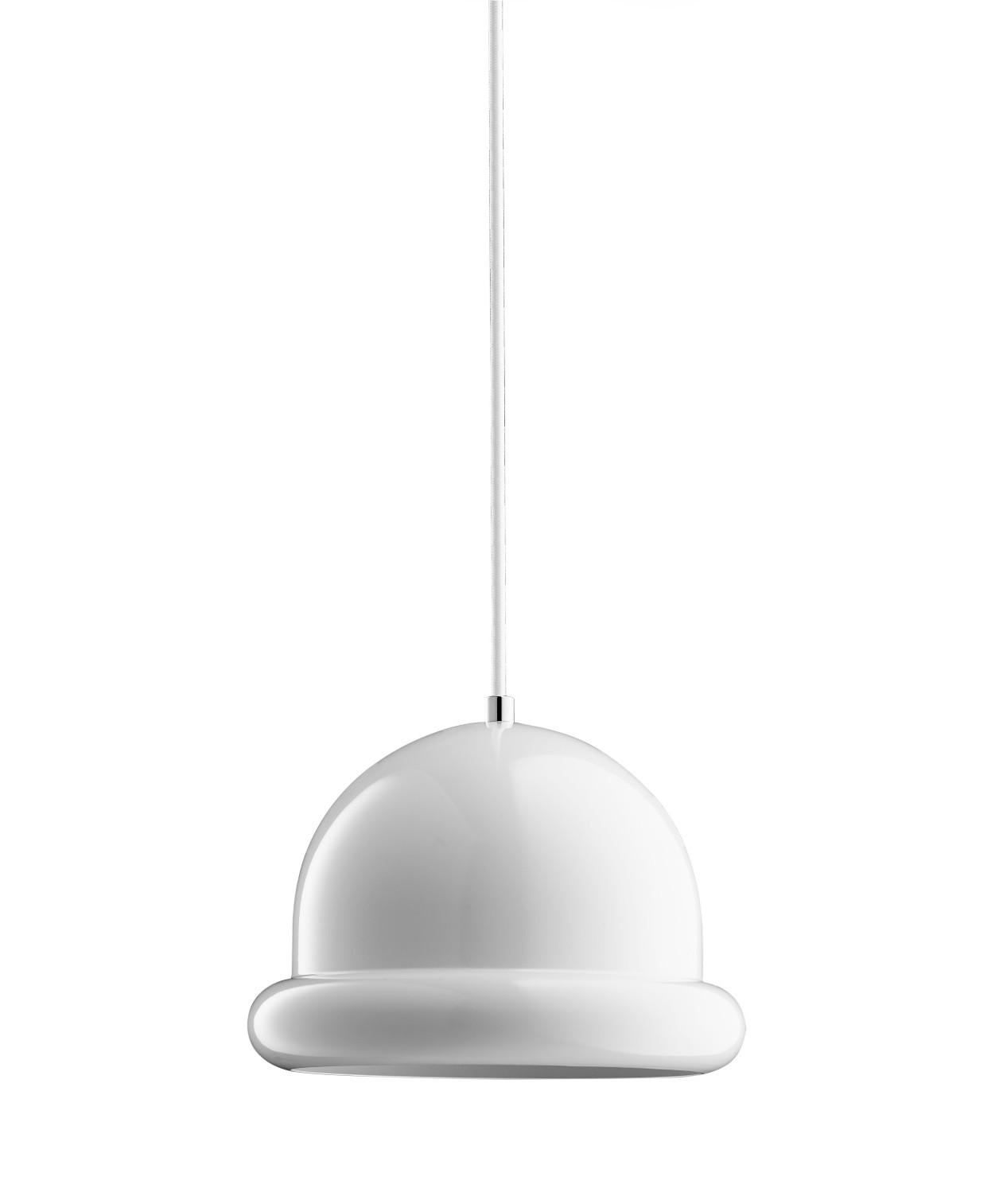 DesignFrank Kerdil for Dyberg Larsen  Koncept Hattrick Pendel i Hvid, er en absolut anderledes og sjov pendel, designet af Frank Kerdil. Få en dejlig og behagelig stemning over spisebordet, køkkenbordet eller som klynge ved siden af sofaen eller over skænken. Brug den også som en stemningsfuld lampe på din cafe eller restaurant. Hattrick er monteret med porcelænsfatning.