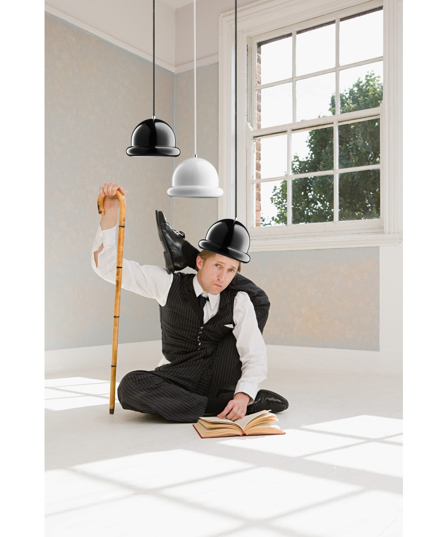 DesignFrank Kerdil for Dyberg Larsen  Koncept Hattrick Pendel i Sort, er en absolut anderledes og sjov pendel, designet af Frank Kerdil. Få en dejlig og behagelig stemning over spisebordet, køkkenbordet eller som klynge ved siden af sofaen eller over skænken. Brug den også som en stemningsfuld lampe på din cafe eller restaurant. Hattrick er monteret med porcelænsfatning.