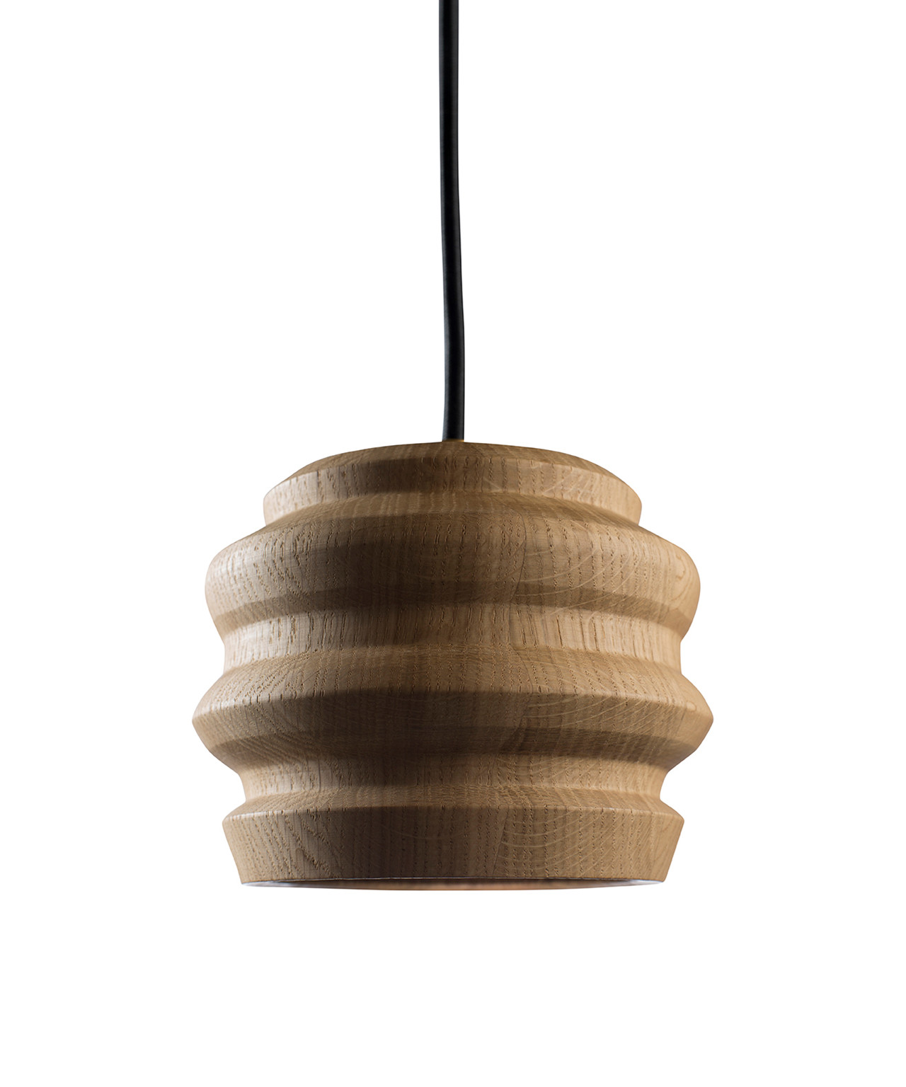 DesignMorten Flensted for Cph Lighting  Koncept Peak er en utrolig elegant og flot pendel, som er designet af Morten Flensted.  Pendlen er fremstillet i drejet massiv egetræ og med de skarpe linjer skaber det et flot modspil til træets varme. Peak leveres med en dæmpbar LED, som har en enestående farvegengivelse og en lysspredning på 60 gr, som gør lampen utrolig anvendelig som spisebordslampe. Hæng dem i klynger, på række eller også enkeltvis. Det er kun fantasien der sætter grænser med Peak.  Pendlen fås i tre forskellige varianter; naturlakeret eg, sortlakeret eg og røget eg.