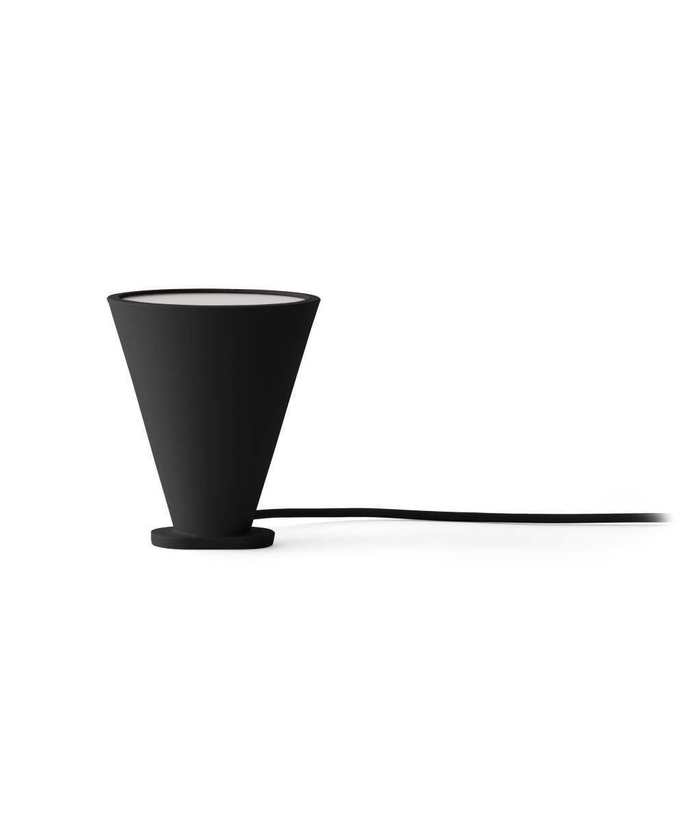 DesignShane Scneck for Menu  Bollard i sort er en multi funktionel lampe, som både kan bruges som pendel, bordlampe eller gulvlampe. Den er fremstillet i silikone, hvilket gør dem meget brugbar og hårdfør. Vær opmærksom på, at den max. kan tåle 5W, da varmen fra lyskilden ellers bliver for høj inde i lampen.