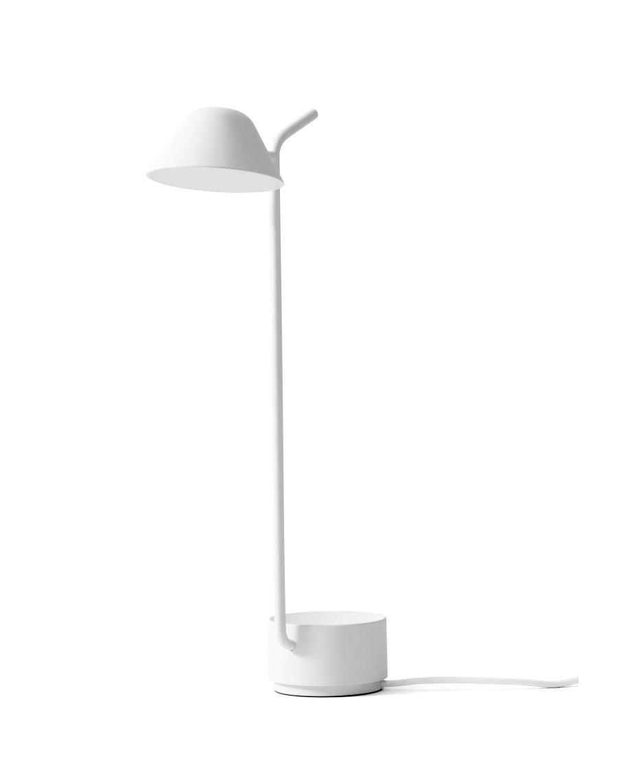 DesignJonas Wagell for Menu Peek bordlampe i hvid er efterkommeren af Peek gulvlampe.  Lampen blev designet af Jonas Wagell, til at ledsage en sofa han havde designet ud fra den devise, at den ikke skulle være så stor og dominerende som gulvlamper ofte er. Peek blev i stedet en meget enkelt lampe og som bordlampe fungerer den rigtig godt alle de steder hvor man har behov for et godt lys, og ønsker en helt enkelt lampen.  Men selvom Peek bordlampen er helt enkelt, har den stadig nogle finurlige detaljer. Bl.a. Den lille ?skål? ved foden, som kan bruges til at lægge sine nøgler, høretelefoner eller andre småting.  Både på bord- og gulvlampen er tænd/sluk funktionen placeret på toppen af ?pinden? på den modsatte side af lyskilden. Funktionen er integreret således at den er skjult.  Begge lamper kan drejes hele vejen rundt om foden og hovedet kan ligeledes indstilles til begge sider.