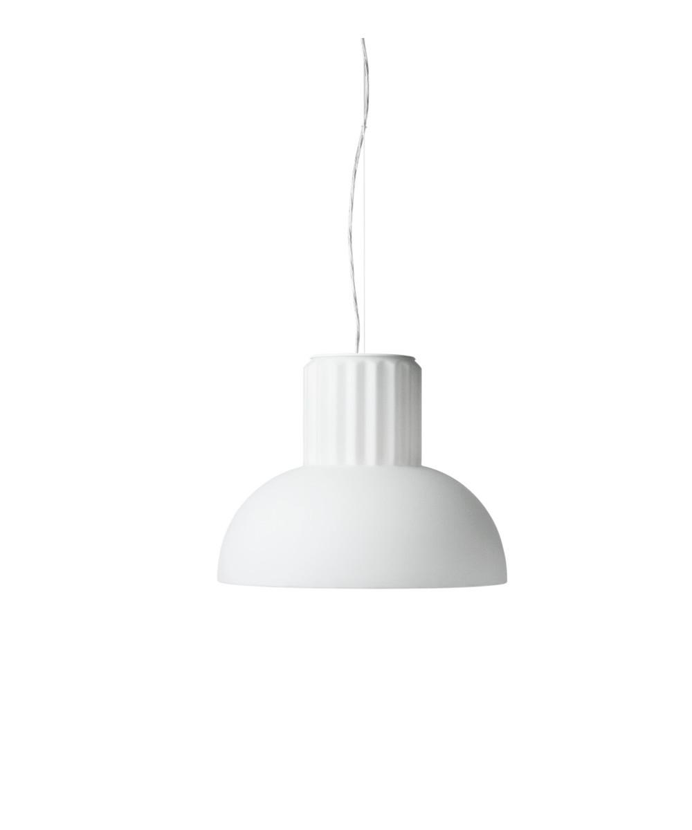DesignSylvain Willenz for Menu  The Standard pendel small er en del af serien med pendel i Ø40 og Ø24 samt bordlampe. Den er en smuk og lysende skulptur som er helt perfekt hen over spisebordet. Lampen er fremstillet i glas, hvilket giver den et blødt og varmt udtryk.