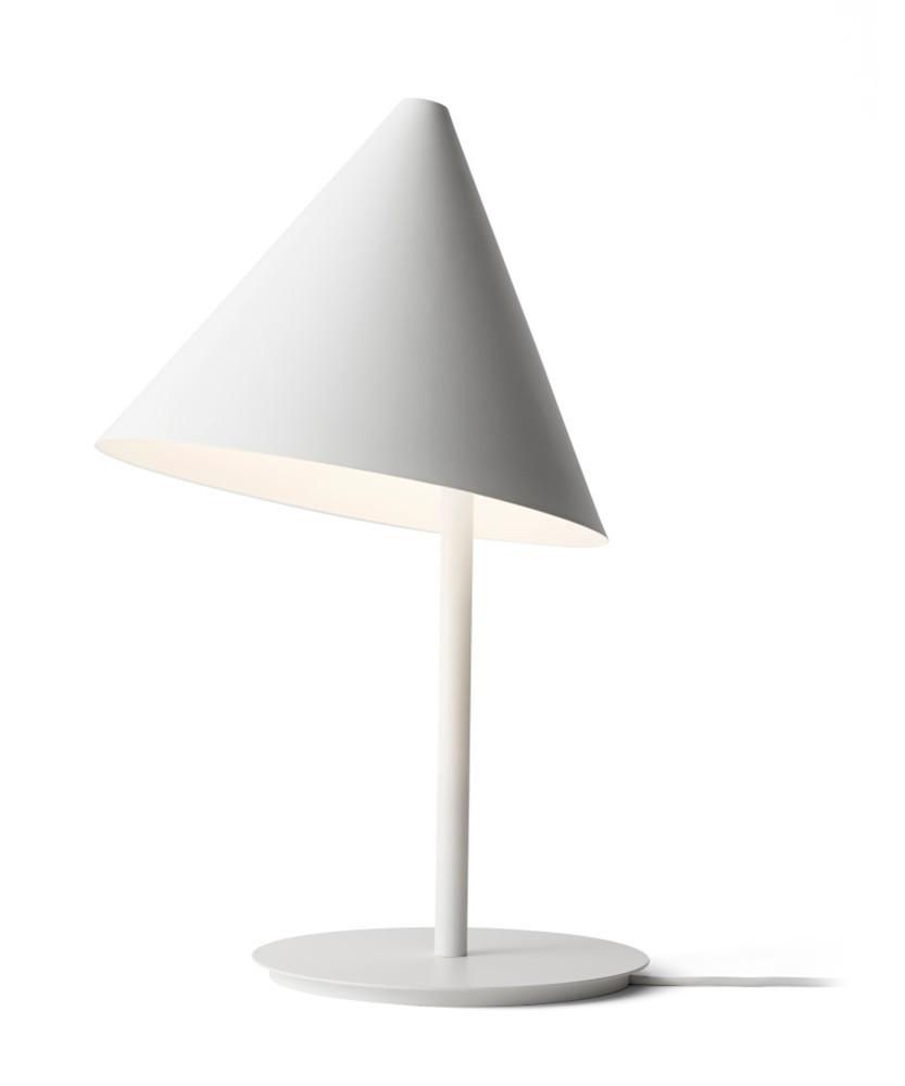 DesignThomas Bentzen for Menu  Conic Bordlampen er en smuk og meget enkelt lampe, som kan bruges, der hvor man har behov for læselys. Thomas Bentzen har designet Conic igennem leg med geometri og asymmetri og resultatet er blevet en praktisk lampe, som samtidig har et touch af sjov og leg.