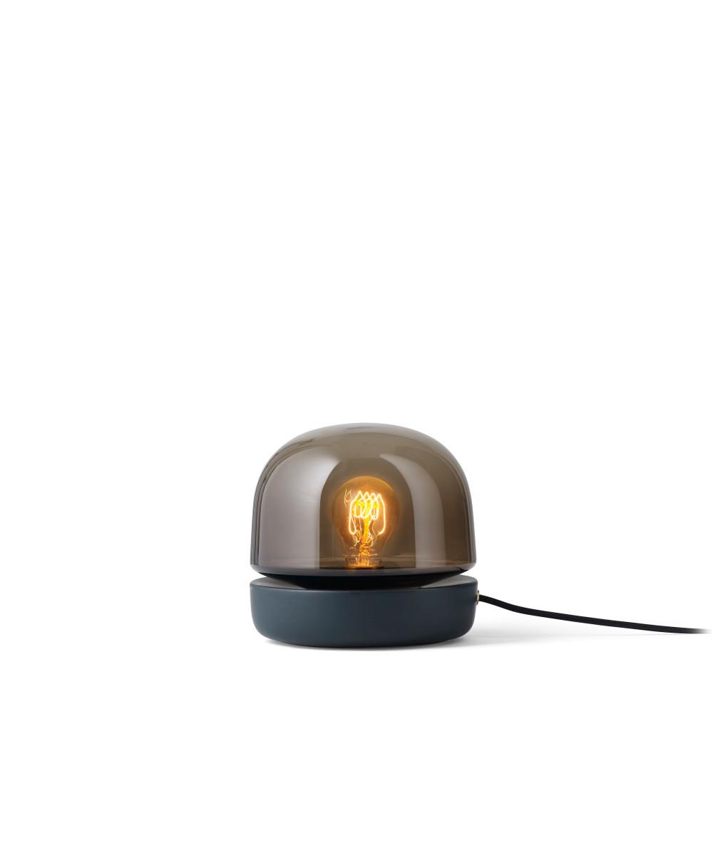 DesignNorm Architects for Menu  Stone bordlampen er en helt ny måde at tænke lys på. Norm Architects har skabt en lampen hvis smukke glød giver et stemningsfuldt og varmt lys, ligesom når vi tænder stearinlys. Stone bordlampen er meget alsidig og kan bruges på mange måder. Brug den på skænken, i vindueskarmen eller på spisebordet, som erstatning for stearinlys.