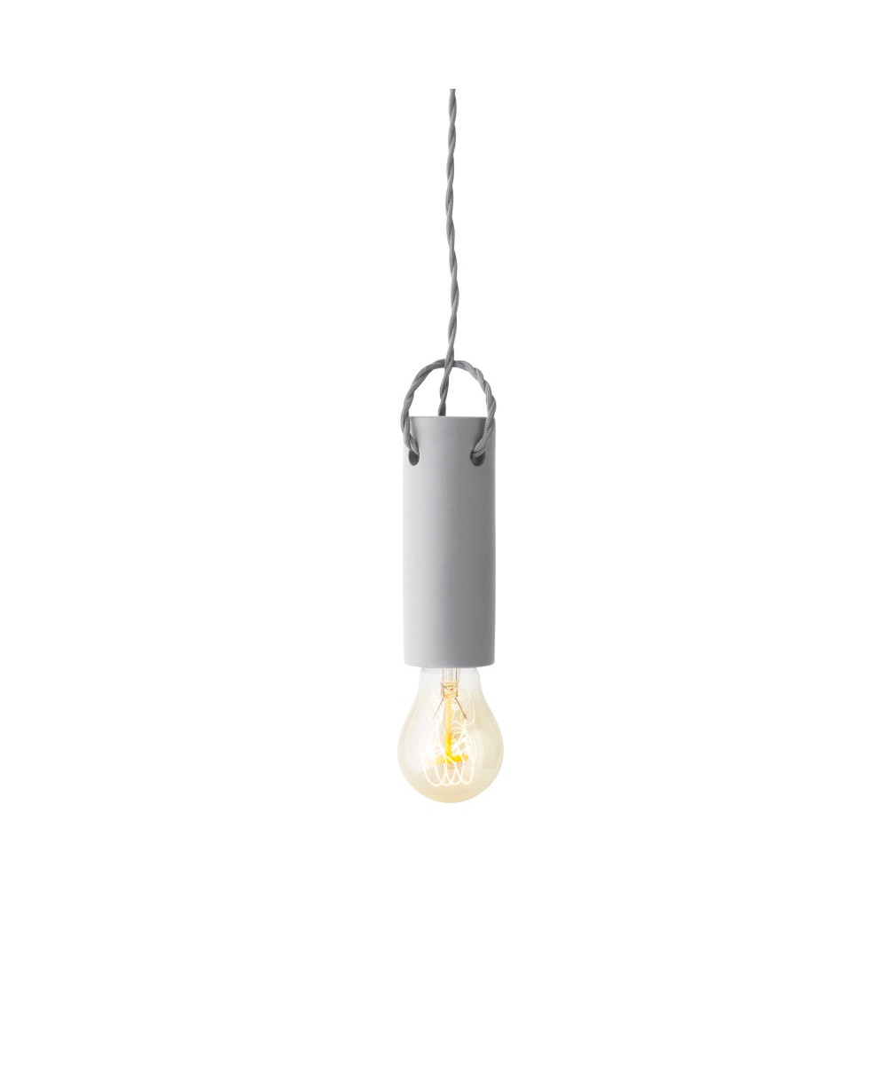 DesignWRK-SHP for Menu  Tied pendlen askefarvet, er en rå og simpel lampe, der er helt perfekt at hænge der hvor man har behov for godt lys og et meget råt og enkelt udtryk. Den kan bruges såvel over spisebordet, køkkenbordet eller over favorit lænestolen, hvor man har behov for læselys. Vær opmærksom på, hvilken pære du vælger, alt efter hvad dit behov er, så du undgår at blive blændet af lyset.