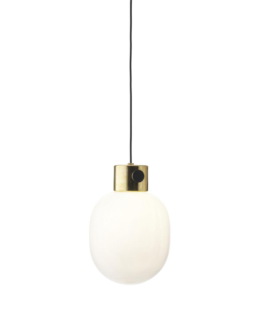 DesignJonas Wagell for Menu  JWDA pendlen med poleret messing er en smuk og meget enkelt lampe fremstillet i helt enkle materialer. Der er god synergi mellem det rå beton, de fine glas og det blanke messing. Pendlen er designet med inspiration fra olielamper og med den runde form giver den et roligt og varmt udtryk.  Som en ekstra detalje har JWDA lysdæmper på basen, hvilket gør det til en rigtig praktisk lampe over spiseborden, hvor det er rart at have muligheden, for at regulere lysstyrken.
