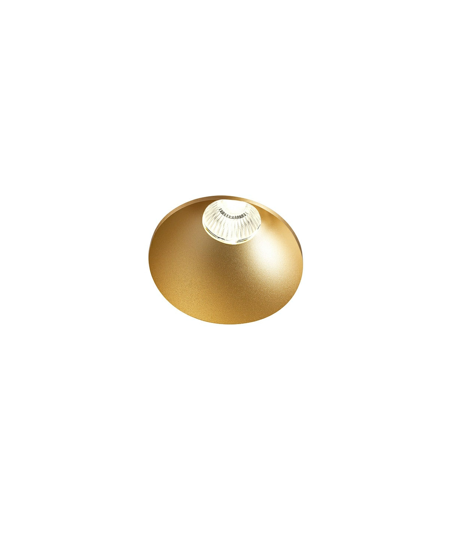 DesignRonni Gol for Light PointKoncept Curve Round Trimless Loftlampe Guld fra LIGHT POINT er en enkel og effektiv LED loftspot til indbygning, designet af Ronni Gol. Curve er designet med en lysfaldsvinkel, så den for eksempel er perfekt til at spejle lyset på en væg fra loftet og samtidig lyser den lokalet op, men diskret - og - takket være sin tilbagetrukne lyskilde - uden at blænde. Lampen er designet til montage nedsænket næsten helt i niveau med loftet. Lampen fås både i guld, hvid og sort, samt en rund og firkantet model.