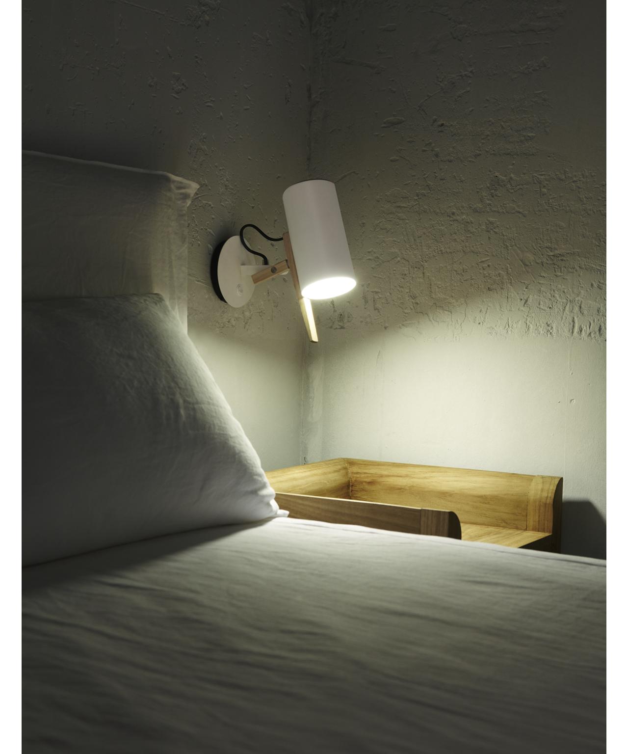 Design  Mathias Hahn for Marset  Koncept  Scantling i hvid og eg fra Marset er en væglampe med en meget stor personlighed, der har base i smukke geometriske grundformer og brugen af metal og egetræ.  Det er en usædvanlig smidig og fleksibel lampe, som du kan rotere og dermed præcisere, hvorpå du vil rette lys og skygge.  Perfekt som læselys ved sengen eller over skrivebordet.