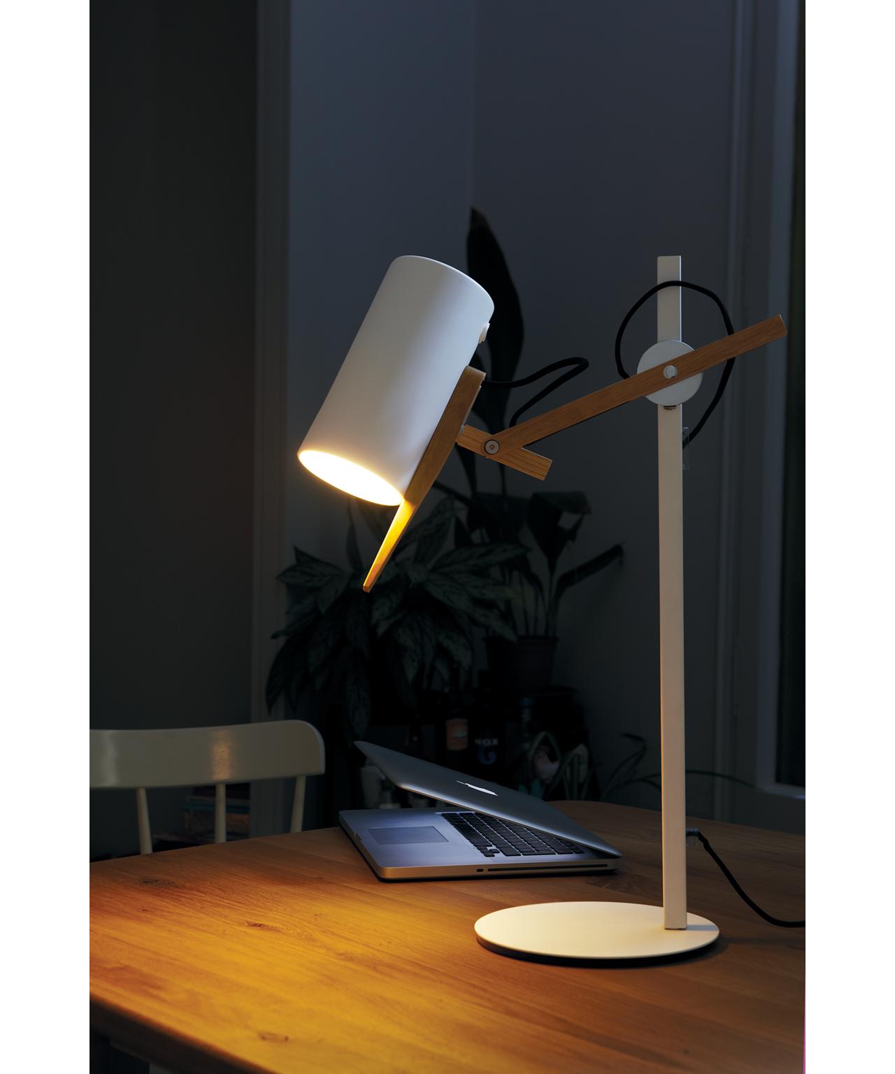 Design  Mathias Hahn for Marset  Koncept  Scantling i hvid og eg fra Marset er en bordlampe med en meget stor personlighed, der har base i smukke geometriske grundformer og brugen af metal og egetræ.  Det er en usædvanlig smidig og fleksibel lampe, som du kan rotere og dermed præcisere, hvorpå du vil rette lys og skygge.  Perfekt som læselys overalt; på sengebordet, skrivebordet og arbejdsbordet.