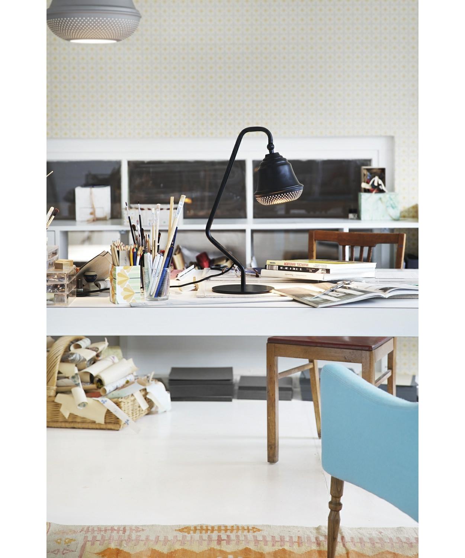 DesignDesign By Us KonceptBellis 160 Bordlampe i Sort er en flot og enkel lampe, der giver med sit hyggelige og lidt anderledes design, et utrolig dejligt udseende til dit hjem. Lampen er produceret i aluminium med perforeret huller i bunden og fås i sort, hvid og raw.  Serien består af pendel, bord og væg.