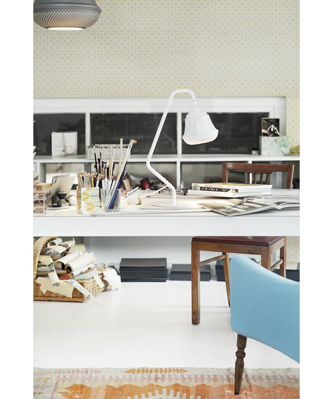 DesignDesign By Us KonceptBellis 160 Bordlampe i Hvid er en flot og enkel lampe, der giver med sit hyggelige og lidt anderledes design, et utrolig dejligt udseende til dit hjem. Lampen er produceret i aluminium med perforeret huller i bunden og fås i sort, hvid og raw.  Serien består af pendel, bord og væg.