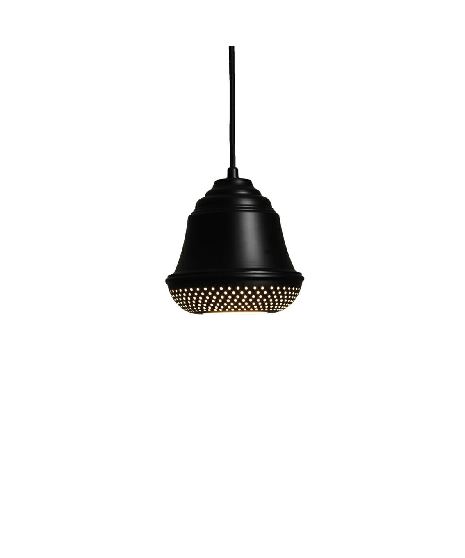 DesignDesign By Us KonceptBellis 160 Pendel i Sort er en flot og enkel lampe, der giver med sit hyggelige og lidt anderledes design, et utrolig dejligt udseende til dit hjem. Lampen er produceret i aluminium med perforeret huller i bunden og fås i sort, hvid og raw.  Serien består af pendel, bord og væg.