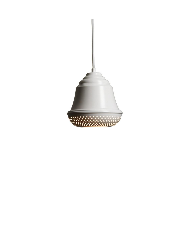 DesignDesign By Us KonceptBellis 160 Pendel i Hvid er en flot og enkel lampe, der giver med sit hyggelige og lidt anderledes design, et utrolig dejligt udseende til dit hjem. Lampen er produceret i aluminium med perforeret huller i bunden og fås i sort, hvid og raw.  Serien består af pendel, bord og væg.