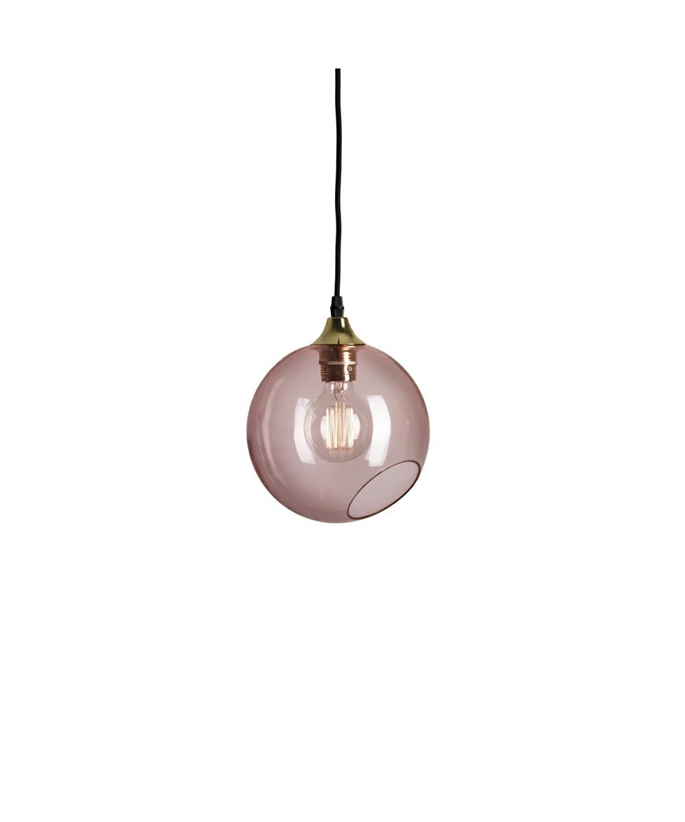 DesignDesign By Us Koncept Ballroom Pendel Pink fra Design By Us, er en dekorativ og dynamisk pendel, der er produceret i mundblæst glas, med håndmalet kant i messing.  Ballroom har et elegant udtryk, som vil være det oplagte valg, hvis du mangler en pendel, der skaber en hyggelig belysning. Pendlen er perfekt til at have hængende over spisebordet, i et hjørne i stuen eller lav en klynge over trappeopgangen. Her kan du kombinere farver og størrelser, lige som du ønsker, så slip fantasien løs og skab et unikt udtryk i dit hjem.  Pendlen fås i 5 flotte farver army, pink, amber, purple rain eller smoked og alle lamperne leveres med sort stofledning. Ballroom fås i Ø19cm og Ø33cm.  Vær opmærksom på at glasskærmen er mundblæst, så der kan forekomme forskelle i glasset.