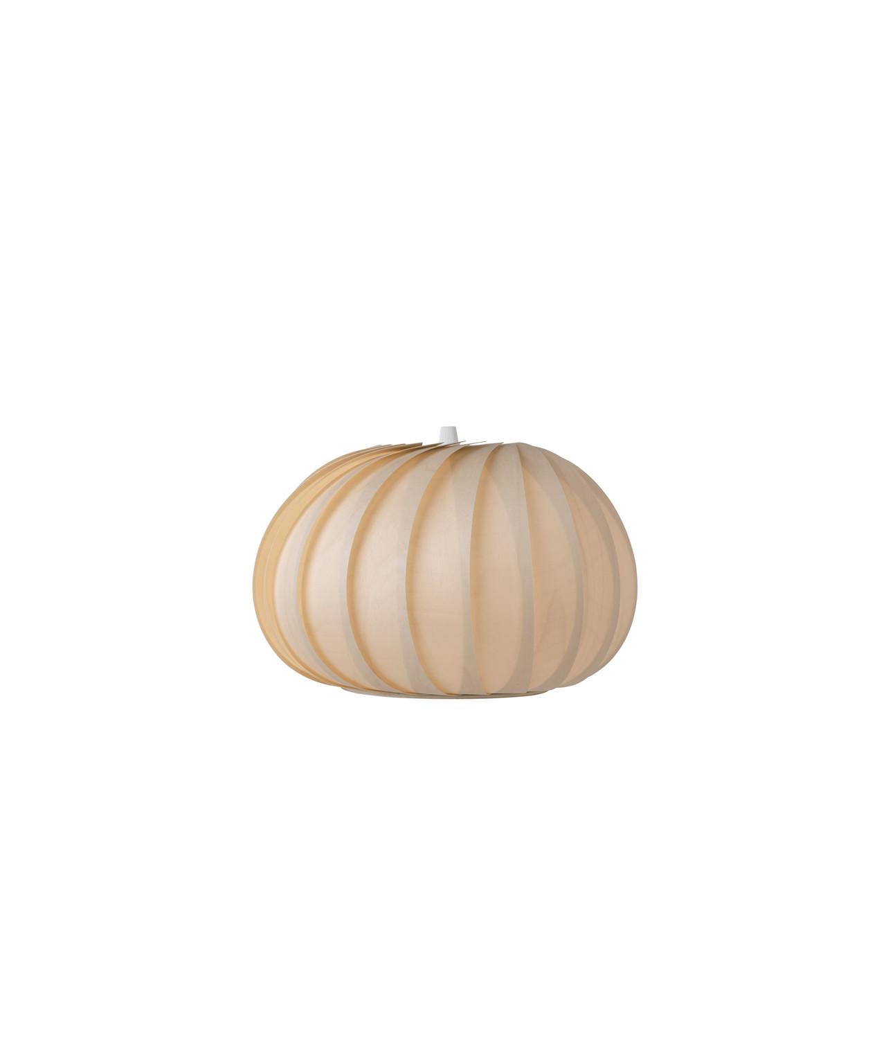 DesignTom Rossau for TomRossau Koncept TR23 Pendel Birch Natural er en smuk og enestående lampe, som passer godt ind i mange hjem pga. det flotte udseende, kombineret med et behageligt og flot lys. Danske Tom Rossau har skabt en række enestående designlamper i lette og elegante former, produceret i tyndt træfiner, plast og kobber og med sit bredde sortiment indenfor både pendler, bordlamper og gulvlamper har du rig mulighed for at finde en lampe fra Tom Rossau der kan passe ind i lige præcis dit hjem.