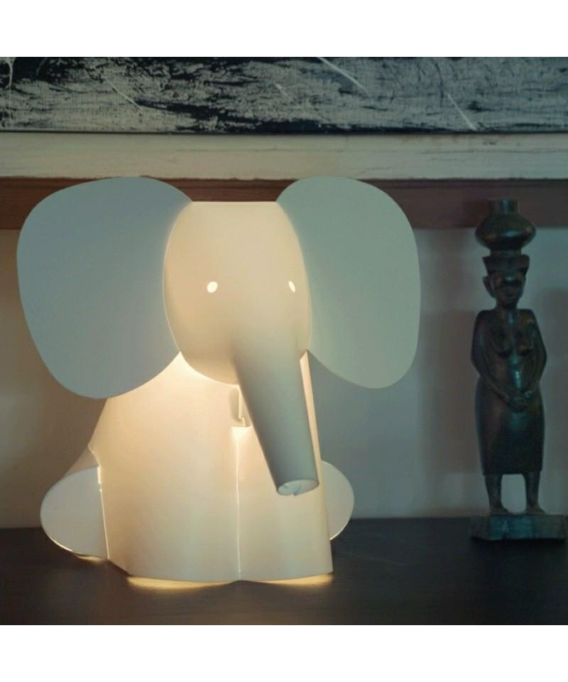 DesignRamin Razina for Zoolight  Koncept Den klassiske Elefant Bordlampe fra Zoolight er en del af  serien med de søde lysende dyr. Zoolight er en serie af luksus børnelamper, som er designet meget stilrent og er efterhånden en klassiker på børneværelset.
