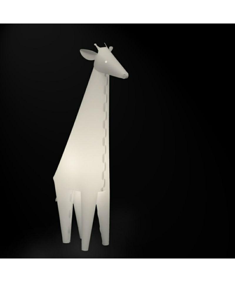 DesignRamin Razina for Zoolight  Koncept Den klassiske Giraf Bordlampe fra Zoolight er en del af  serien med de søde lysende dyr. Zoolight er en serie af luksus børnelamper, som er designet meget stilrent og er efterhånden en klassiker på børneværelset. Det smarte ved denne børnelampe er, at den både har en almindelig lampefunktion samt en vågelampe funktion. Tænd/sluk kontakten der sidder på ledningen, har to indstillinger, så det er let at skifte til natlys, når godnathistorien er læst færdig. De små vågelamper har også en super smart funktion. De kan nemlig skifte farve, når man klapper i hænderne, og de er slet ikke til at stå for.  De populære Zoolight lamper er sikkerhedsgodkendt og de er derfor 100% sikker for dig og dit barn. Børnelamperne er fremstillet i kraftig, hvid polypropylen og har LED-lys, hvilket betyder at pæren er energibesparende og ikke bliver varm. Barnet har derfor ingen mulighed for at brænde sig på pæren, selvom lampen placeres ved sengen.