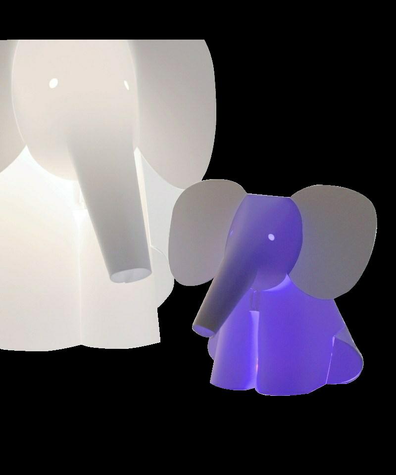 DesignRamin Razina for Zoolight  Koncept Den klassiske Mini Zoolight Elefant Bordlampe fra Zoolight er en del af  serien med de søde lysende dyr. Zoolight er en serie af luksus børnelamper, som er designet meget stilrent og er efterhånden en klassiker på børneværelset. De små lamper har også en super smart funktion. De kan nemlig skifte farve, når man klapper i hænderne, og de er slet ikke til at stå for.  De populære Zoolight lamper er sikkerhedsgodkendt og de er derfor 100% sikker for dig og dit barn. Børnelamperne er fremstillet i kraftig, hvid polypropylen og har LED-lys, hvilket betyder at pæren er energibesparende og ikke bliver varm. Barnet har derfor ingen mulighed for at brænde sig på pæren, selvom lampen placeres ved sengen.