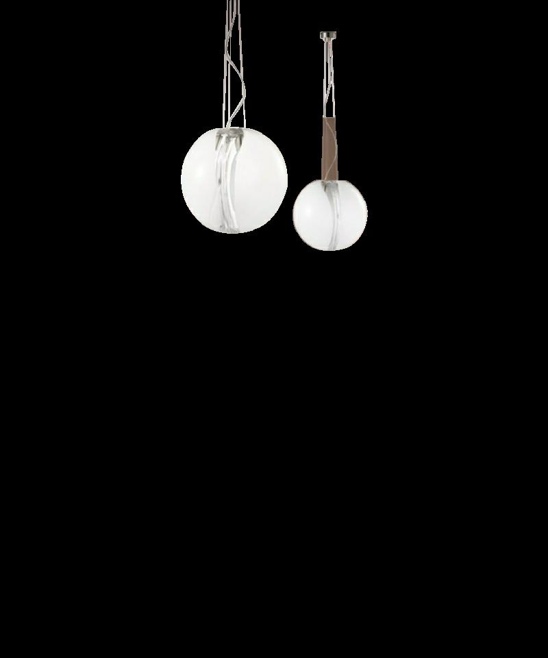 DesignMarco Acerbis for vistosi  Koncept Poc Pendel Ø35 Hvid fra Vistosi er en eksklusiv lampe i kraftigt krystalglas, med en membran i midten, der ændrer lysintensiteten fra lampe til lampe. Poc er en smuk og yndefuld Pendel, som er en blanding af elegance og finesse, som passer ind i mange hjem.  Vistosi er et af de mest markante italienske firmaer på belysningsmarkedet, når vi snakker Muranoglas og samtidig er de kendt for at kombinerer gammelt håndværk med innovativ teknik og kreativitet. Nøgleordene har i alle år været passion, research og kreativitet.  Vistosi mestrer at skabe nye lysformer, at smelte kunst og design sammen, at blande gammelt håndværk med industriel produktion, og det sker med en blanding af alvor, leg og ironi.
