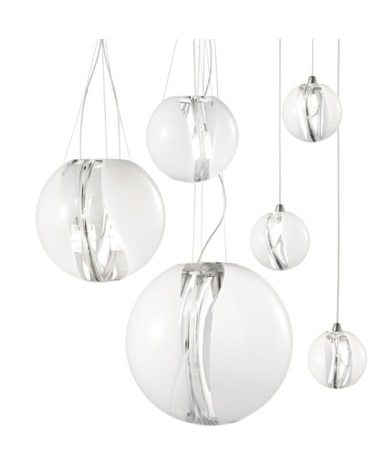 DesignMarco Acerbis for vistosi  Koncept Poc Pendel Ø16 Hvid fra Vistosi er en eksklusiv lampe i kraftigt krystalglas, med en membran i midten, der ændrer lysintensiteten fra lampe til lampe. Poc er en smuk og yndefuld pendel, som er en blanding af elegance og finesse, som passer ind i mange hjem.  Vistosi er et af de mest markante italienske firmaer på belysningsmarkedet, når vi snakker Muranoglas og samtidig er de kendt for at kombinerer gammelt håndværk med innovativ teknik og kreativitet. Nøgleordene har i alle år været passion, research og kreativitet.  Vistosi mestrer at skabe nye lysformer, at smelte kunst og design sammen, at blande gammelt håndværk med industriel produktion, og det sker med en blanding af alvor, leg og ironi.
