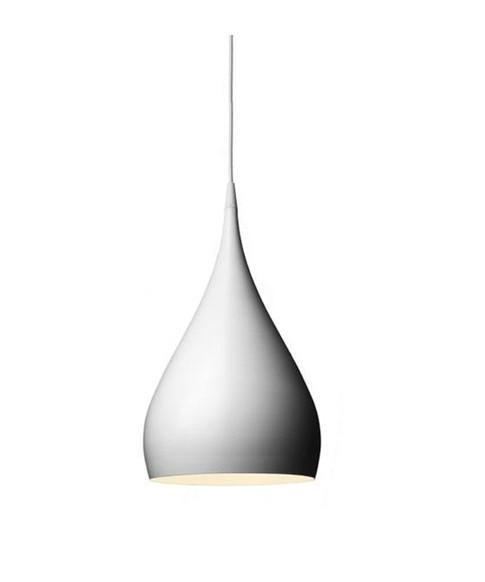 DesignBenjamin Hubert for &tradition Koncept Hænger som en elegant hvid dråbe i lakeret stål. Snurretoppen - en barndoms favorit, har inspireret til den glade form af Spinning pendlen. Her møder form virkelig funktion på en innovativ måde. Spinning Pendel BH1 i hvid er enkel og smuk den er sexet, og det er sikkert at den bliver en ny klassiker. Benjamin Hubert er altid nysgerrig efter at finde nye løsninger og materialer, han standser ofte for at føle teksturen på et møbel eller mærker vægten af en gammel glas vase.