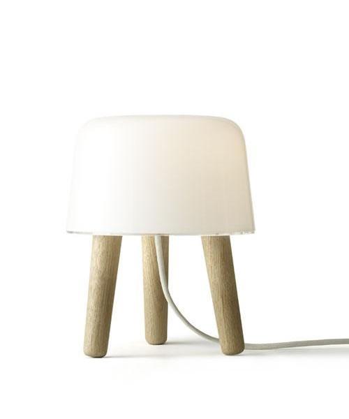 DesignNORM (Kasper Rønn & Jonas Bjerre-Poulsen) for &tradition Koncept En nuttet lille malkeskammel der er krydset med en bordlampe. Med Milk NA1 Bordlampe, har NORM, arkitekterne Kasper Rønn & Jonas Bjerre-Poulsen fundet nye spændende måder at arbejde udfra en gammel Nordiske tradition med at kombinere træ og glas. Selvom den er perfekt som en lampe, tilføjer Milk bordlampen mere end lys til dit hjem. Er udstyret med dimmer. Milk kan placeres hvor som helst og lyser op for både krop og sjæl. Milk med ben i natur træ.