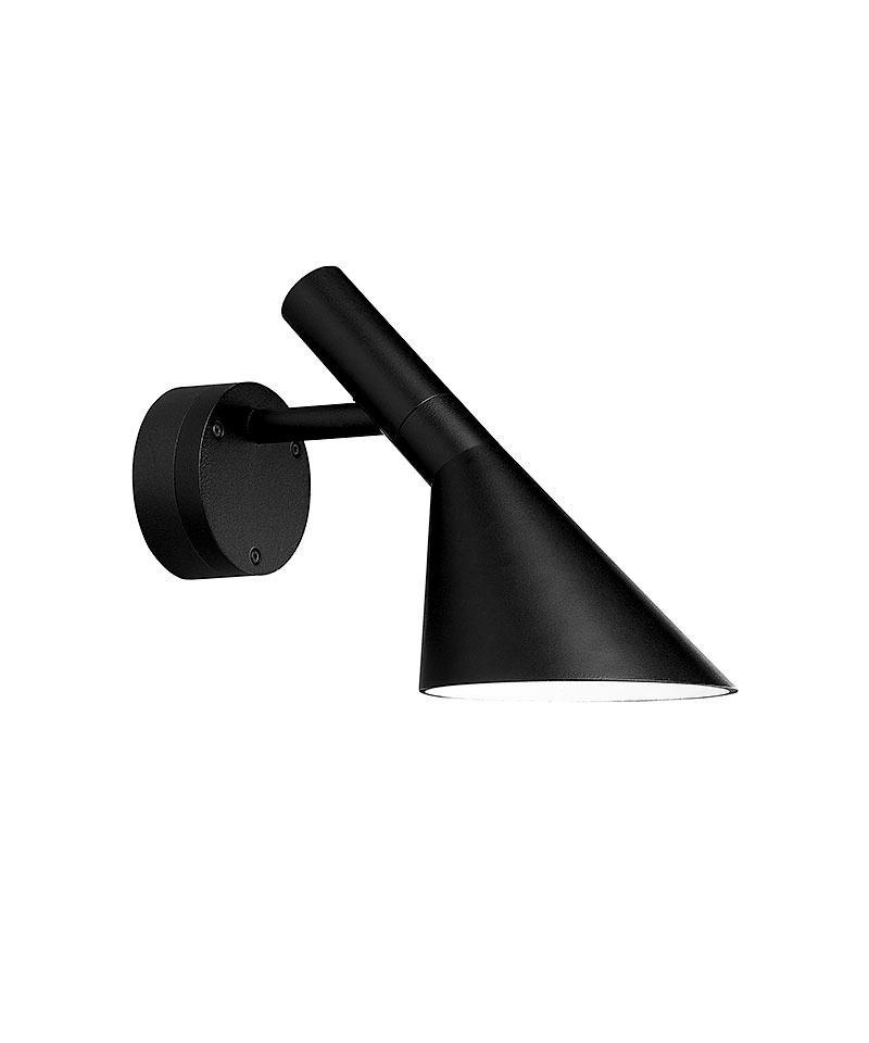 DesignArne Jacobsen for Louis Poulsen  Koncept AJ 50 væg er lanceret i 2010 i forbindelse med 50 året for lanceringen af Arne Jacobsens AJ-familie. AJ 50 væg er tegnet på baggrund af AJ familien som blev designet i 1960 til SAS Royal Hotel i København (Radisson Blu), og er udviklet med henblik på at kunne løse belysningsopgaver udendørs i det verdenskendte AJ-design. Samtidig ønskede man at bruge den seneste teknik inden for energibesparende lyskilder, hvorfor lampen er udviklet med indbygget LED. Løsningen kan brænde i 25.000 timer uden udskiftning af lyskilden og bruger kun 8W. Lampen tænder øjeblikkeligt med fuld styrke og er derfor velegnet sammen med bevægelsesfølere. Designerlampe med markant profil og historie, når du vil forkæle din væg, nu også i en udendørs version.  AJ50 Væg har et armaturhoved med en karakteristisk asymmetrisk form, som er bestemmende for armaturets lysegenskaber. Armaturhovedet på AJ Væglampen kan vippes og drejes 60 grader til siderne. Med sit unikke form