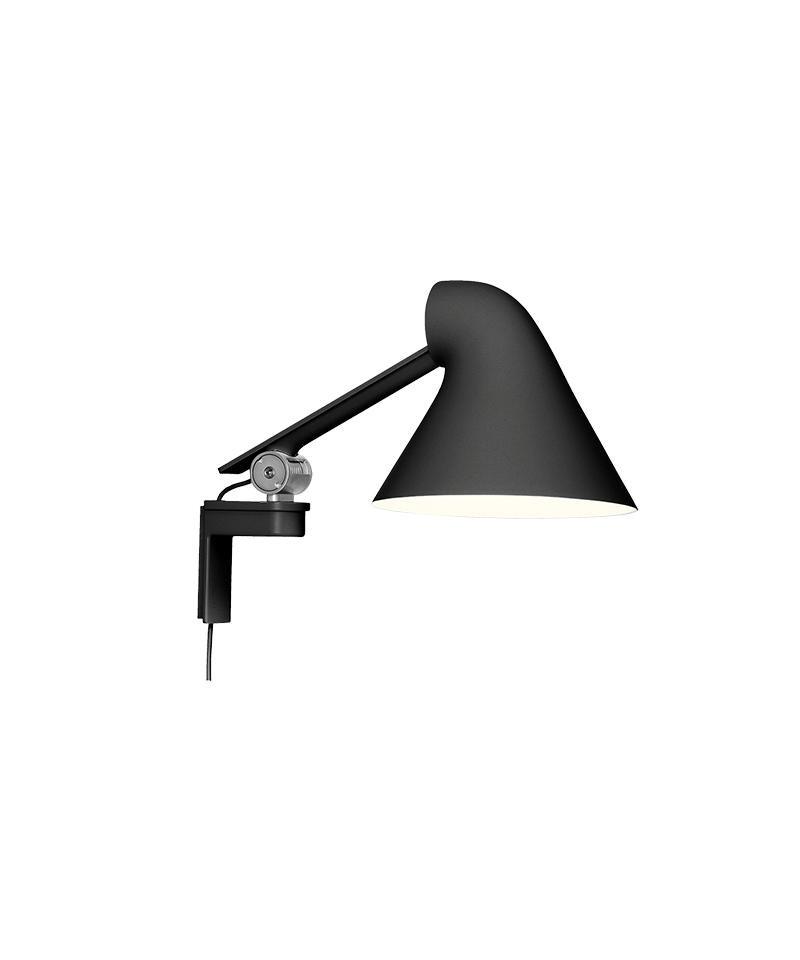 DesignNendo for Louis Poulsen NJP Væglampe med kort arm i sort er en smuk og enkelt væglampe designet af Oki Sato.Designet er en ny fortolkning af den klassiske arkitektlampe i et nutidigt design og med funktioner, der er tilpasset det moderne arbejdsliv, også i hjemme. Væglampen udsender et direkte og blændfrit horisontalt lys, og samtidig reflekteres en del af lyset bagud af hovedet og oplyser således den øverste del af armen. Armaturhovedets ergonomiske design former lyset og medvirker til optimal retning på lyset. Et simpelt mekanisk system giver stor bevægelsesfrihed, så lyset altid kan indstilles optimalt i arbejdsområdet. Skærmen er hvidlakeret på indersiden, hvilket giver et komfortabelt, diffust lys. Afbryderen sidder på hovedet og har to dæmp indstillinger og har en timerfunktion, hvor du kan vælge mellem 4 og 8 timer. Lampen kommer med en ledning på 2,3 meter og stikprop.