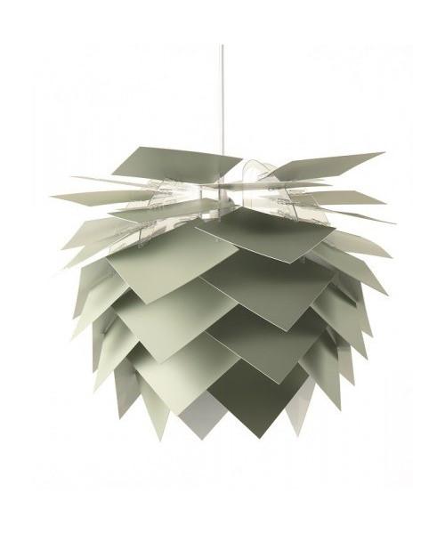 DesignFrank Kerdil for Dyberg Larsen Koncept Illumin Desert Sage Pendel Ø45, er ny medlem af Illumin lampeserien, der også kan leveres som gulvlampe eller bordlampe. De overlappende skærme er med til at give et diffust og behageligt lys. Lampen er skabt i den bedste danske design tradition. Hele serien er bygget op omkring et næsten usynligt stel lavet af poleret akryl, hvorpå der, i denne udgave af lampen, er monteret kvadratiske