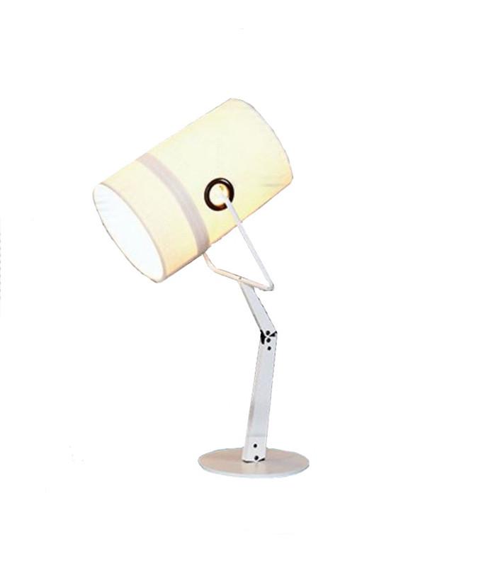 Design Successful Living from Diesel with Foscarini Koncept Fork bordlampe med elfenbensfarvet skærm er inspireret af den afslappede mode. Her er det en uformel, legende og dynamisk livsstil med opslået telt på en lejrplads. Syningerne i stoffet og ringene, der er monteret, er ikke bare til pynt, men er praktiske løsninger, som løser nogle problemer helt enkelt og ligetil, som man ville se det gjort på et par jeans. Når lyset tændes afsløres et kludetæppe af strukturer og teksturer i lærredet. Det minder om en lampe tændt inde i et telt, og igen er hyggen så smask-hamrende lækker, at den er til at skære i. Lampeskærmen er yderst fleksibel og kan drejes hele 360 grader, hvilket kombineret med bord- og gulvmodellernes fleksible kroppe, giver yderst flytbar belysning. Leg, hygge og fornuft i en salig blanding, som kombineret med farvevalget skaber mange spændende muligheder. Vælg mellem bordlamper, gulvlamper samt to størrelser pendler - og nu også som væglampe. Skærmene findes i marrone